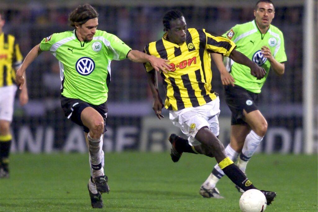 Für manchen Gegner schwer zu halten: Otto Addo sprintet dem Wolfsburger Patrick Weiser davon.
