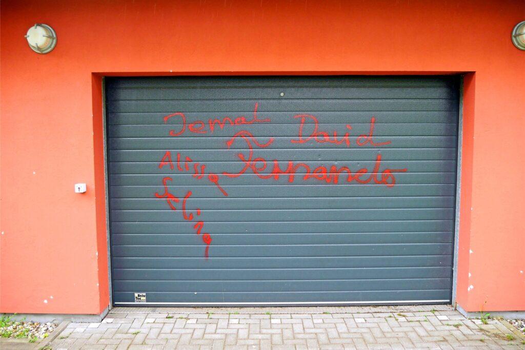 Auch die Garagentore der Sporthalle wurden verschandelt.