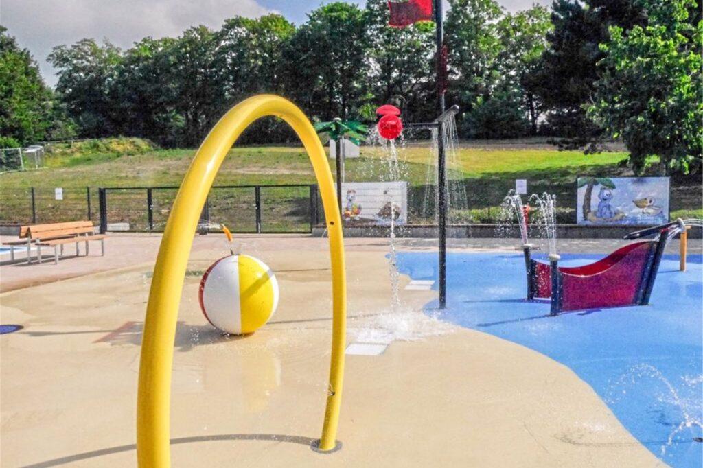 Ein weiteres Bild des Sprayparks im Freibad.
