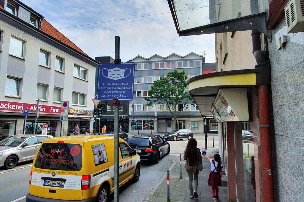 Auch in den Nebenstraße der Bahnhofstraße, hier die Geschwisterstraße, weisen die Schilder auf die Maskenpflicht hin.
