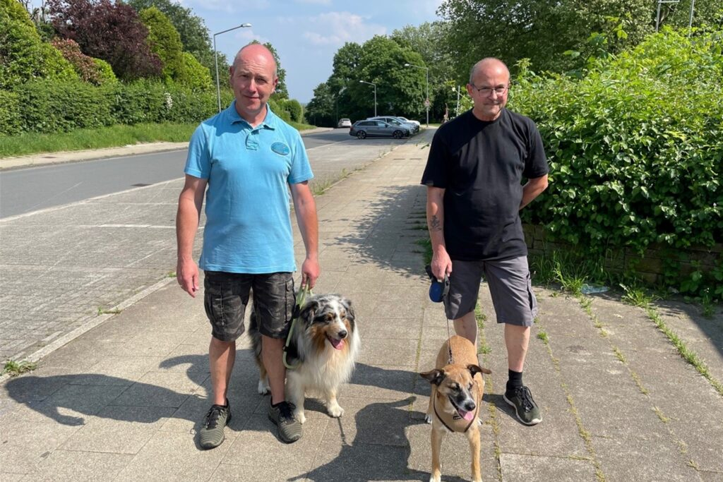 Christian Kaczmarek (56, links) mit Hund Caruso und Gisbert Schaffrynski (65) mit Hund Cooper würden sich sehr über eine Hundewiese auf dem Paschenberg freuen.