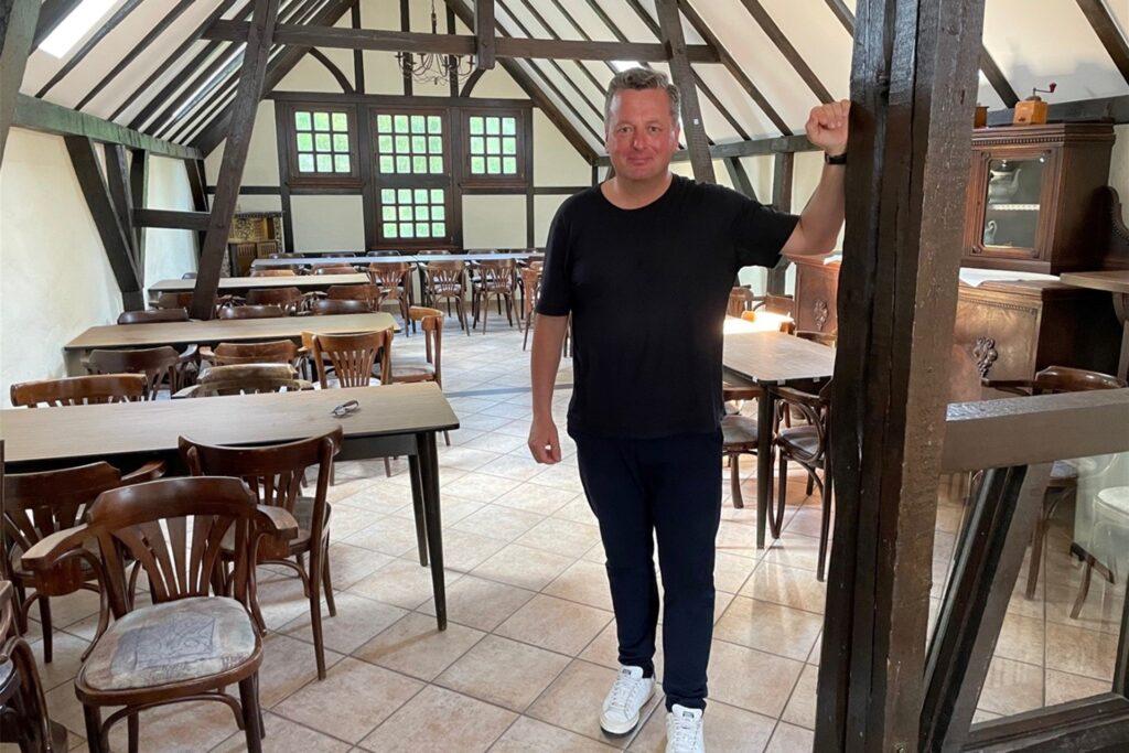 """Stefan Thiel im Obergeschoss des ehemaligen Pferdestalls, der nun """"Maus auf dem Tisch"""" heißt."""