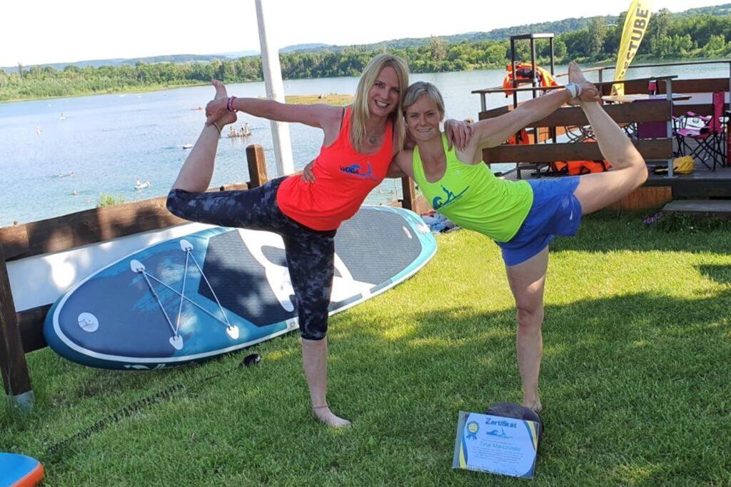 In Dresden hat Tina Marczinski (hier links im Bild mit einer Freundin) zur WOGA SUP-Yogalehrerin ausbilden lassen. Nun gibt sie auf dem Dülmener See Kurse in der neuen Sportart.