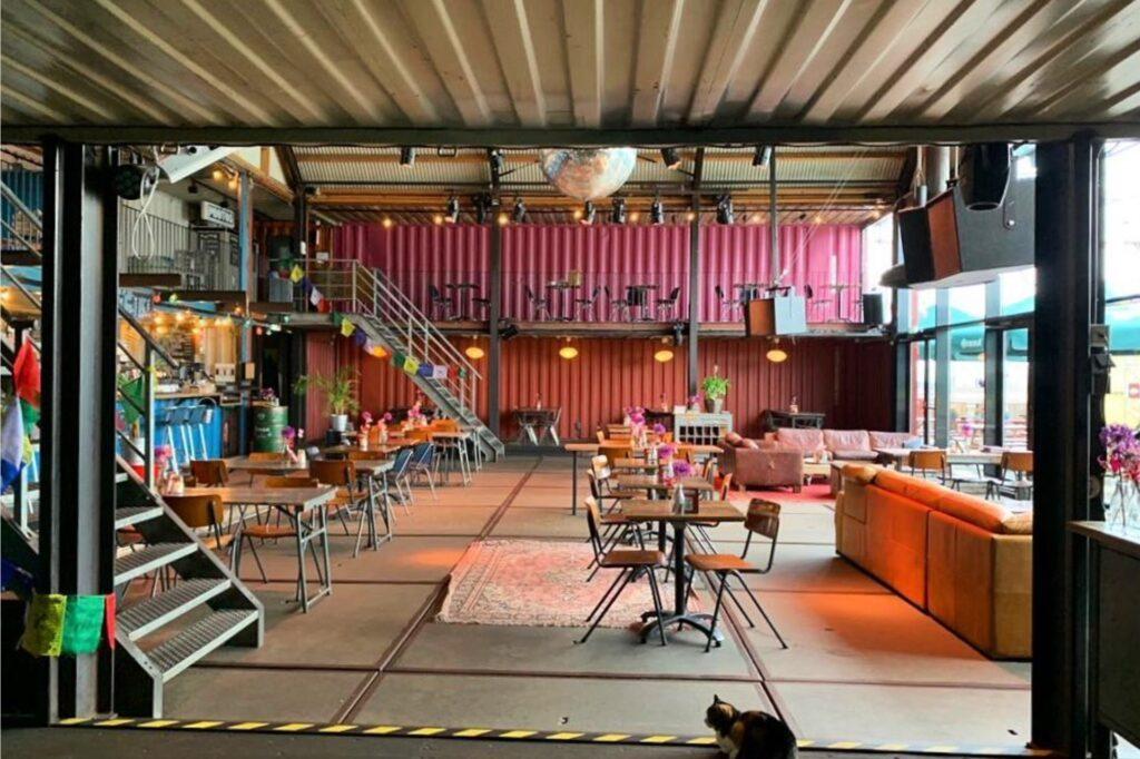 Innenansicht des Restaurant Pllek in Amsterdam.