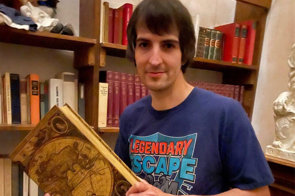 """""""4Escape""""-Geschäftsführer Daniel Steinbach in der Bibliothek der 1000 Bücher."""