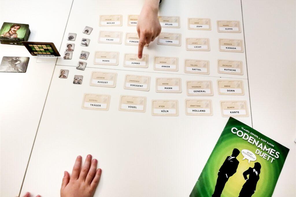 Das Spiel «Codenames Duett» kann zu zweit oder in zwei kleinen Teams gespielt werden. Mitspieler werden nur mit einem Wort oder einer Zahl auf einen Begriff hingewiesen.