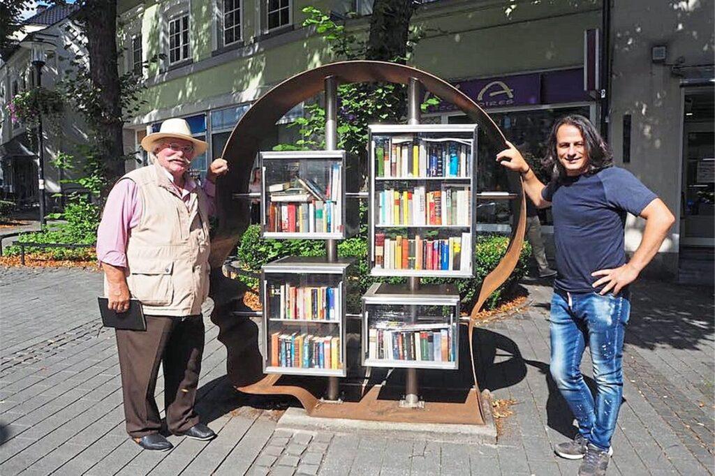 Den Künstler Engin Izgi (r.), der bereits einen Bücherkopf in Schwerte erschaffen hat, möchte Kurt Dietmar Deipenbrock von der Familienpartei auch für das Projekt in Herten engagieren.