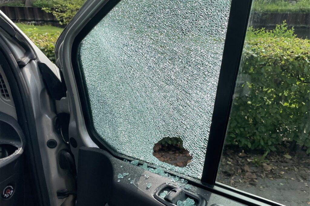 Hier ein weiteres Bild der Beschädigungen am Tourbus.
