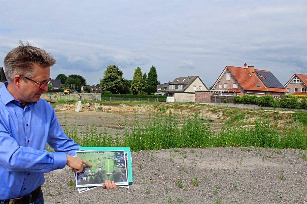 Wo Backumer Bach und Resser Bach zusammenfließen, hat die Emschergenossenschaft ein großes Rückhaltebecken angelegt. Projektleiter Jens Lukas zeigt auf einer Aufnahme, wie das Gelände vorher aussah.