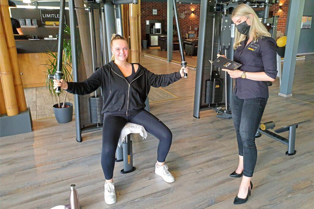Rebecca Weller (l.) ist froh, endlich wieder in ihrem Fitnessstudio trainieren zu können.