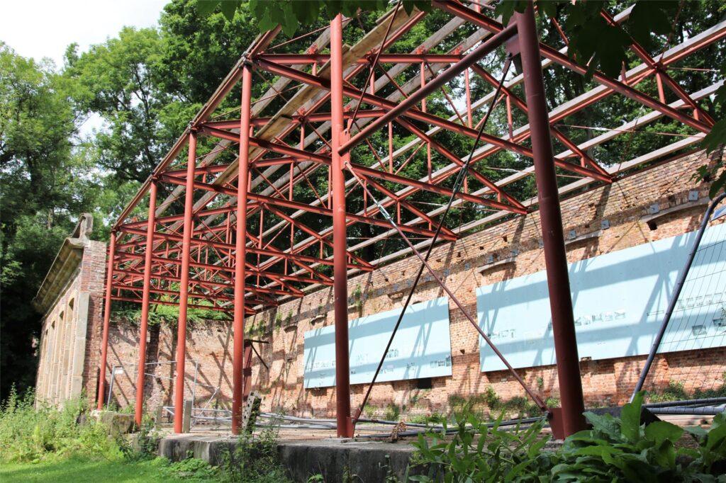 Das provisorische Plastikdach hat die Unwetter der vergangenen Monate nicht überlebt. Das neue Dach wird auf die Stahlkonstruktion gesetzt.