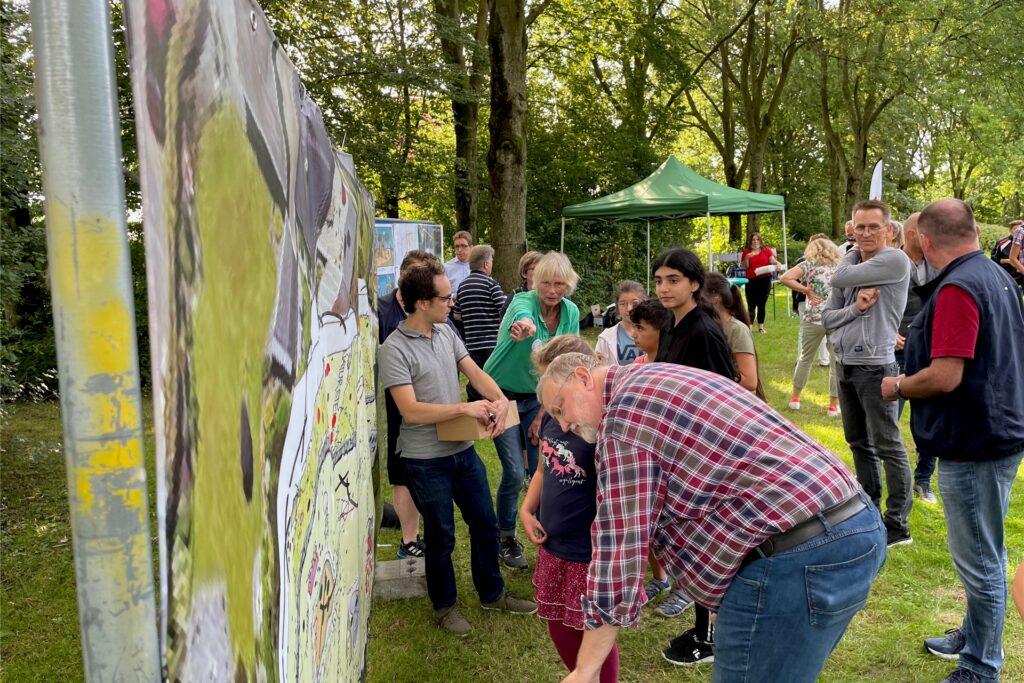 Viele Besucher nutzen die Gelegenheit, ihre Meinung zu den Plänen mit grünen oder roten Punkten zu dokumentieren.