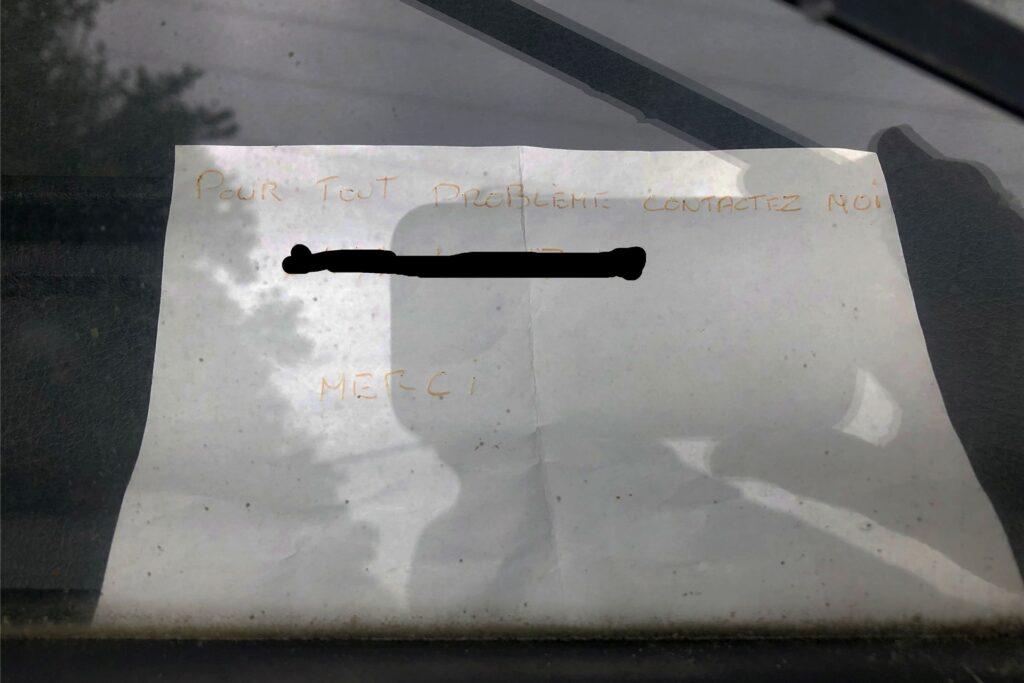 Dieser Hinweis ist an der Windschutzscheibe eines der Wohnmobile angebracht.