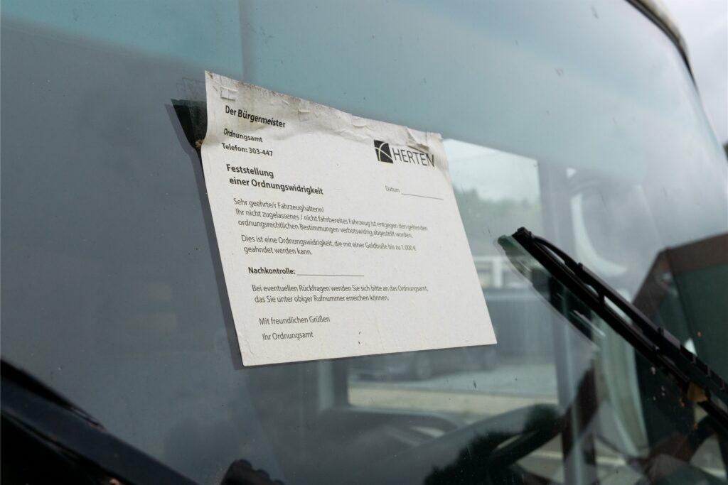 Beim vollgemüllten Lkw hat das Ordnungsamt bereits eine Nachricht hinterlassen.