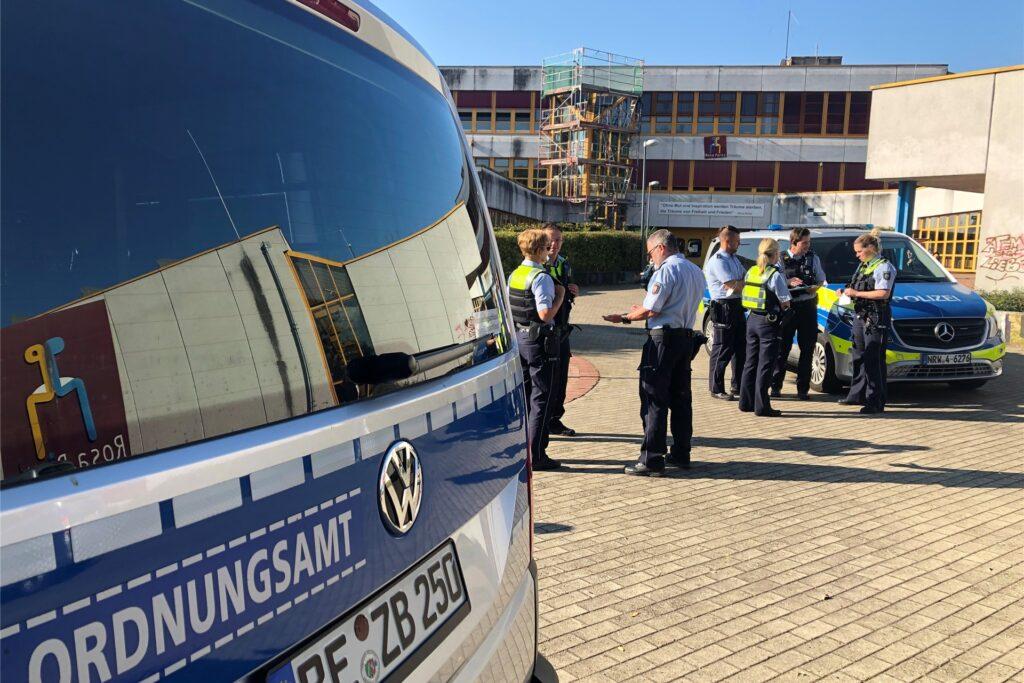 Wegen der Impfgegner-Versammlung sind zahlreiche Kräfte von Ordnungsamt und Polizei vor Ort.
