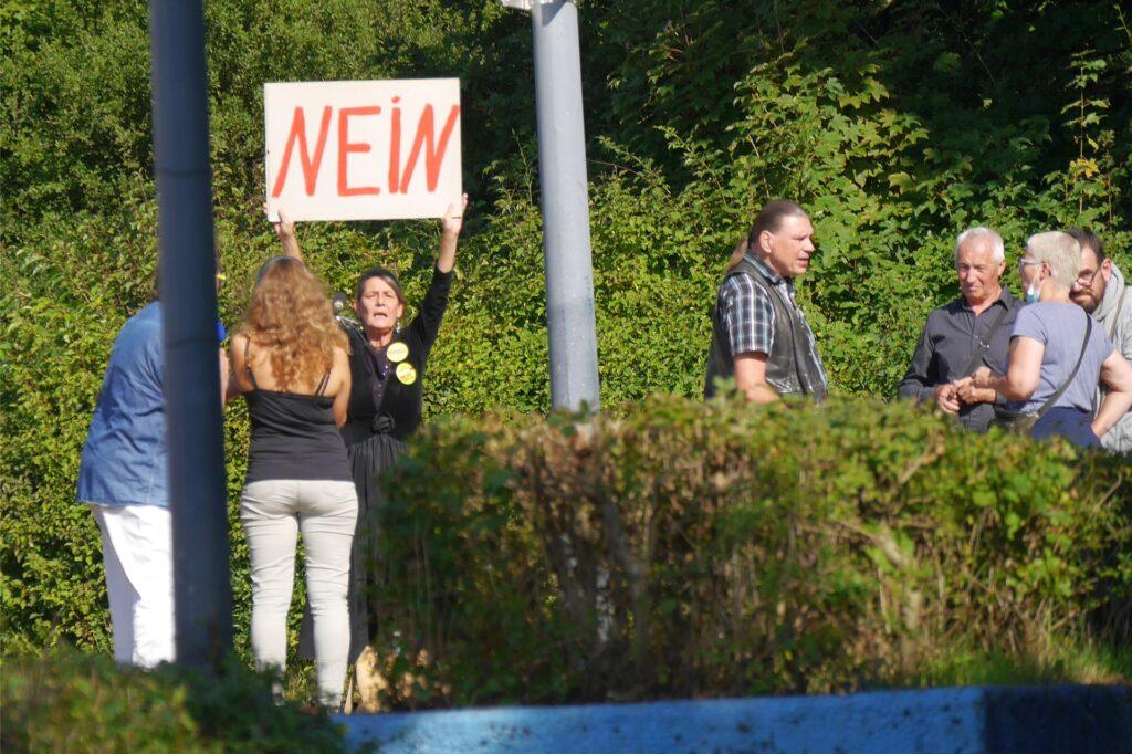 Die Impfgegner kritisierten die Impfaktion an der Rosa-Parks-Schule mit Worten und Plakaten.