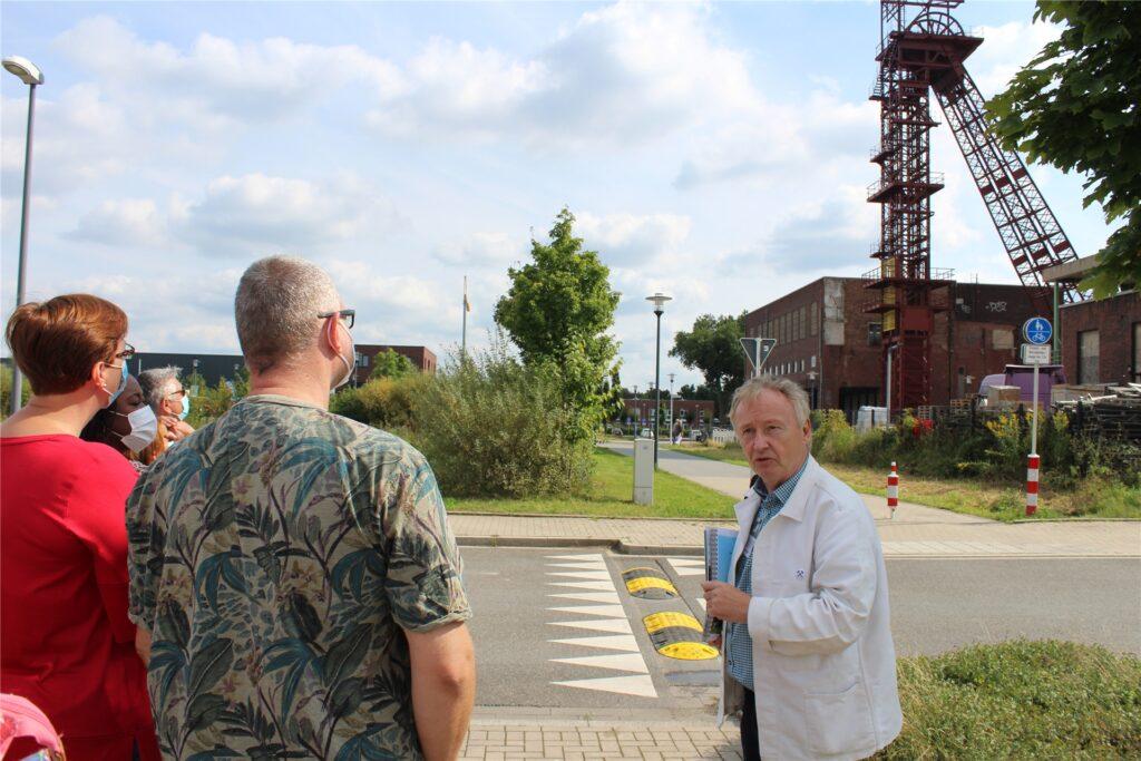 Jürgen Wagner (r.) steckt die Besuchergruppe auf dem Zechengelände Schlägel und Eisen mit seiner Begeisterung für das Thema Bergbau an.