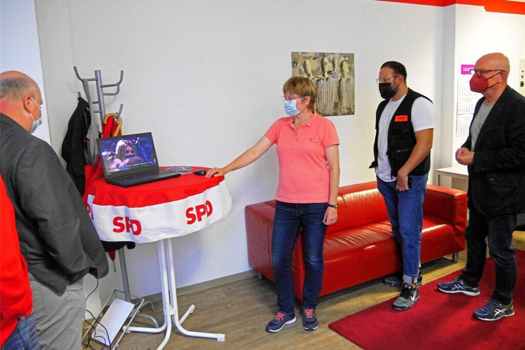 Die SPD-Stadtverbandsvorsitzende Babette Nieder und ihre Kollegen verfolgen  auf dem Notebook. gespannt den Verlauf der Auszählung.